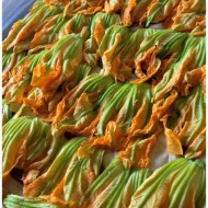 Pizza con fiori di zucca, alici e scamorza affumicata