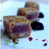 Cubotti di tonno impanato con gelatina di aceto balsamico tradizionale di Modena e pesto di rucola