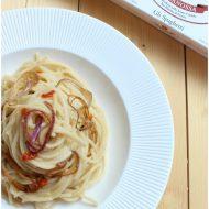 Spaghetti aglio olio e 'nduia con cipolle di tropea confit