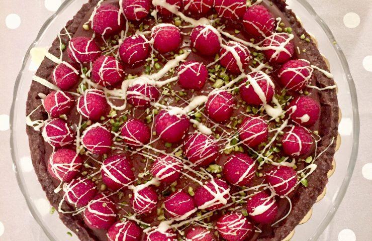Crostata di frolla al cacao con ganache al cioccolato e lamponi